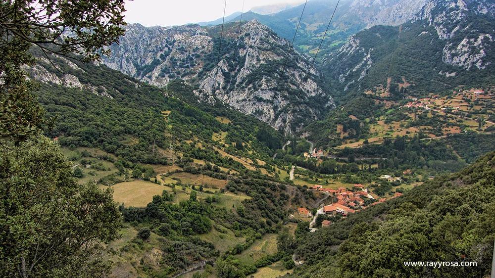 Lebela al fondo del valle, en frente, al otro lado del Desfiladero Allende y la Canal de Rubejo